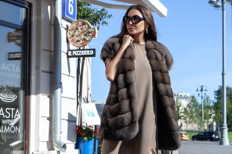 девушка в шубе на улице смотрит в право и в очках купить эту шубу